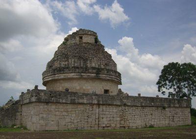 1200px-Observatorio-Chichen_Itza-Yucatan-Mexico0230