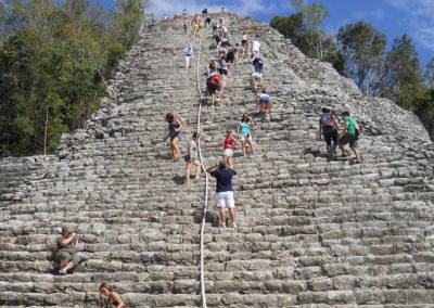 CUN-montertout-en-haut-de-la-pyramide-de-coba-2_1-1024x512